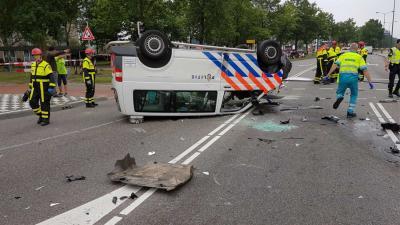 Politiebusje slaat over de kop in Oosterhout