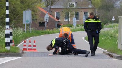 Auto's botsen op poller in Schiedam