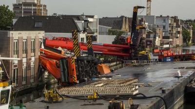 Man (61) klimt in afgezet gebied Alphen op ponton met omgevallen kranen