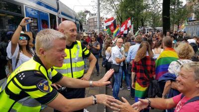 Duizenden mensen liepen Pride Walk door hartje Amsterdam