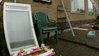 Man gooit ramen woningen in Prins Hendrikstraat in Alkmaar