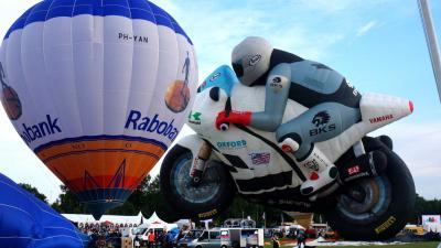 Reusachtige racemotor stijgt op in Joure