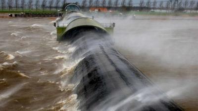 Vluchten geschrapt en waterkeringen dicht vanwege zware westerstorm