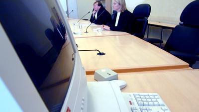 Foto van computer in rechtbank   Archief EHF