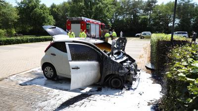 Auto grotendeels uitgebrand