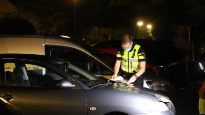 Agent onderzoekt autobrand