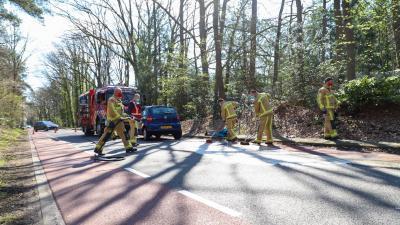 Brandweer maakt weg schoon