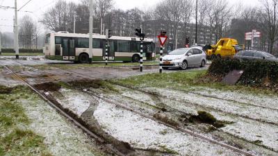 RET-Bus rijdt zich vast op besneeuwde trambaan