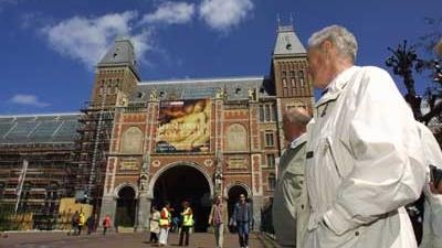 Foto van toerist voor Rijksmuseum   Archief EHF
