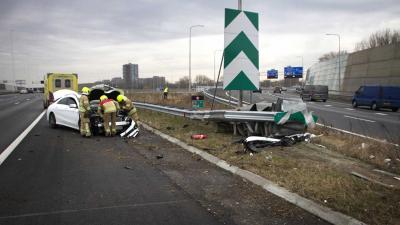 Het ongeval gebeurde op de splitsing richting de Ketheltunnel, en de afslag richting Vlaardingen/Schiedam. De brandweer kwam ter plaatse omdat de auto een sissend geluid maakte na ongeval. Na wat hand en spandiensten konden deze weer retour. De bestuurder