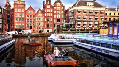Onderzoek naar zelfsturende bootjes in Amsterdamse grachte