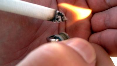 Foto van sigaret die wordt aangestoken