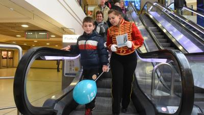 'Roltrapboy' wijst ouders en kinderen op gevaar roltrap