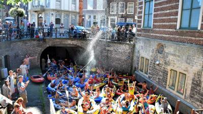 Utrechtse grachten overbevolkt door rubberen bootjes