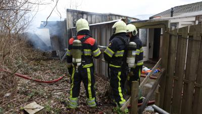 Felle brand op woonwagenkamp aan Nassaulaan in Vlijmen