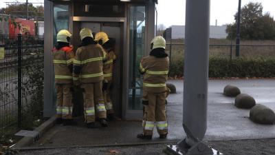 Brandweer probeert lift te openen