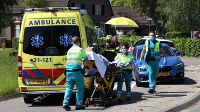 Gewonde wordt naar ambulance gebracht