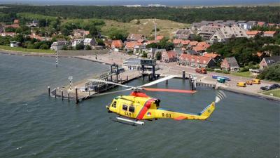 Foto van SAR-helikopter boven Vlieland | Defensie