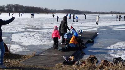 Schaatser zakt door ijs, in zorgelijke toestand naar ziekenhuis gebracht