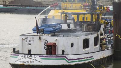 Binnenvaartschip in brand in Schiedam