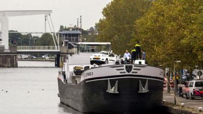 Schip vaart tegen brug in Rotterdam