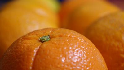 Vrouw vindt scheermesje in sinaasappel