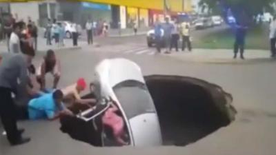 Auto opgeslokt door sinkhole Peru, inzittenden gered