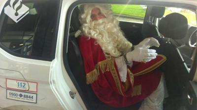 Sinterklaas 'geboeid' door handboeien