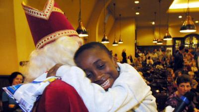 foto van Sinterklaas en kind | fbf archief
