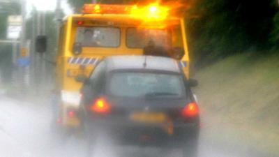 Belasting laat drie auto's van één bedrijf langs A13 wegslepen