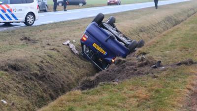 Automobilist belandt op kop in sloot