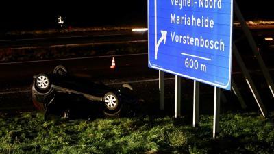 Auto belandt op zijn kop in berm langs A50 Veghel