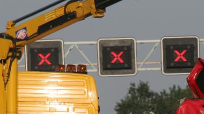 Vrachtwagen rijdt in op file, A1 bij Voorthuizen dicht