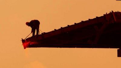 Foto van snijbrander sloop gebouw | Archief EHF