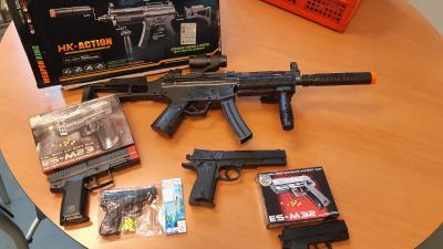in beslag genomen speelgoed wapens