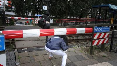 Foto van overstekende jongeren spoor | Archief Flashphoto.nl | www.flashphoto.nl