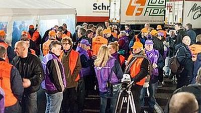 Foto van stakers bij Floraholland Aalsmeer   CNV