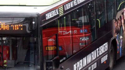 Passagier gewond na stoeptegels door ruiten bus in Haarlem