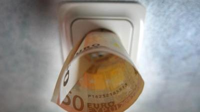Foto van stopkontakt en 50 euro biljet   Archief EHF