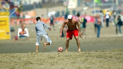 Foto van strand zee voetbal   Archief EHF