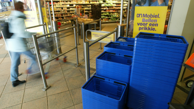 Hond voor supermarkt doodgeschopt terwijl baasje boodschappen doet