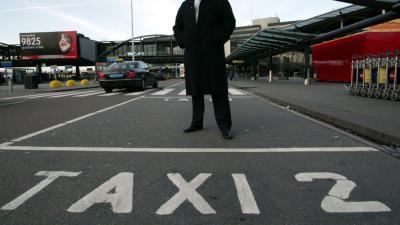 Staatssecretaris Dijksma wil taxi-ronselaars op Schiphol verbannen