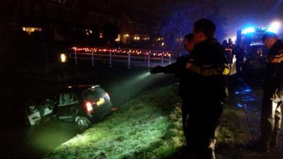 Auto te water aan Karperstraat in Aalsmeer