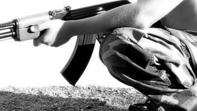 Foto van strijder met AK-47   Sxc