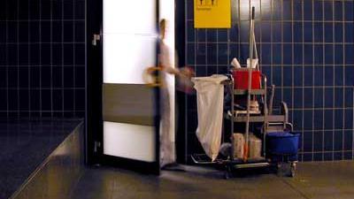 Foto van schoonmaker bij toiletten | Archief EHF