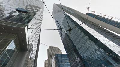 Wolkenkrabber zakt langzaam de grond in