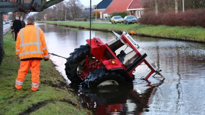 Tractor te water in Nieuwe Pekela