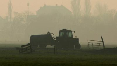 Foto van traktor mest uitrijden weiland | Archief EHF