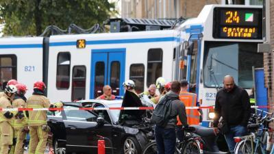 Meerdere gewonden bij aanrijding taxi en tram Amsterdam