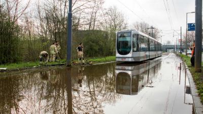 Trambaan Schiedam onder water na hevige regenval